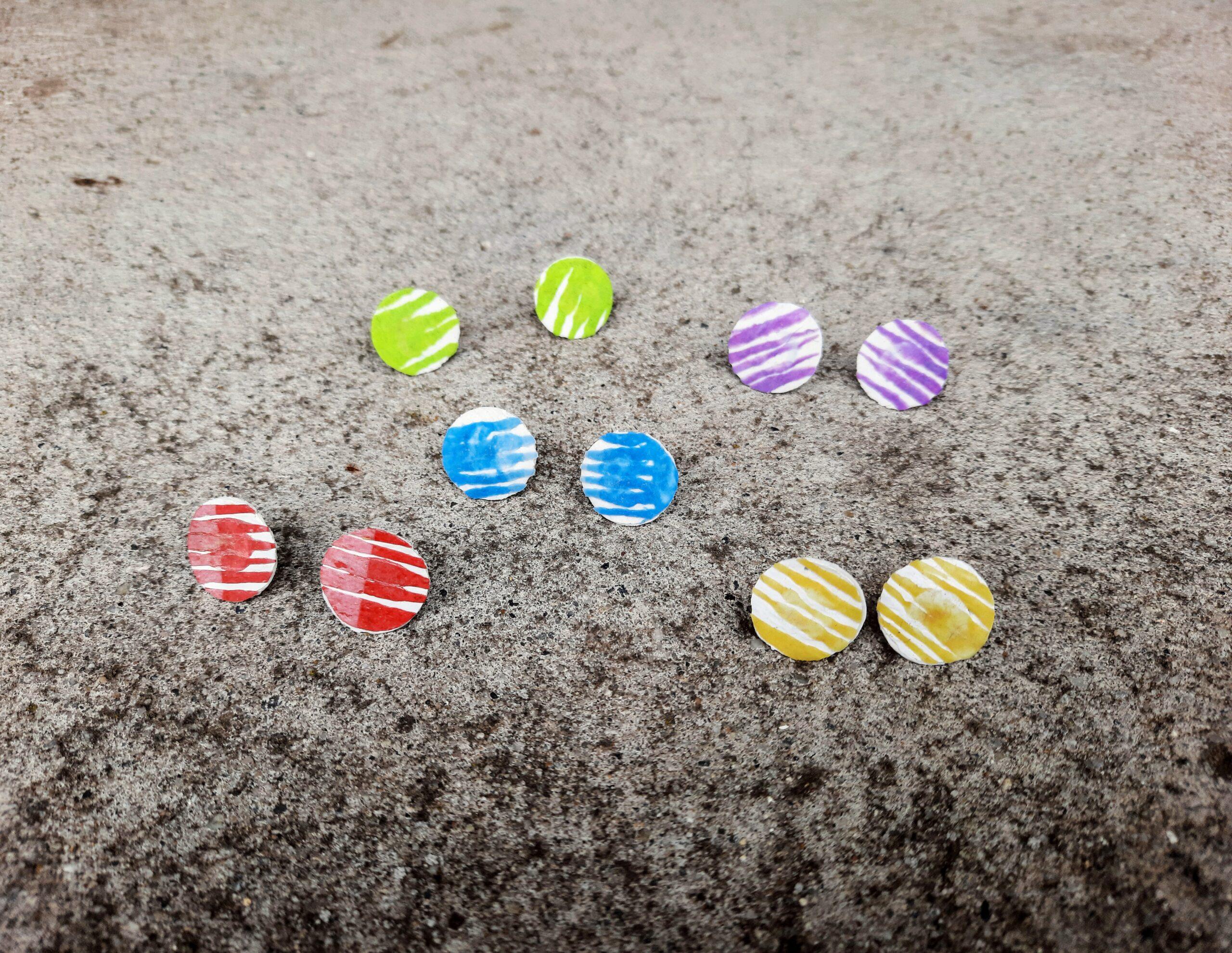 Bedugós fülbevaló műanyag zacskóból